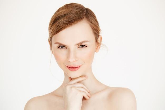 Retrato de uma jovem garota bonita nua sorrindo rosto comovente. tratamento facial. cosmetologia de beleza e spa.