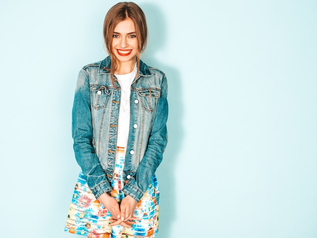 Retrato de uma jovem garota bonita sorridente hipster em roupas de jaqueta jeans verão na moda.