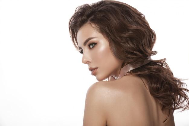 Retrato de uma jovem garota. cabelo saudável e bonito, cachos de cabelo, maquiagem natural e cor dos lábios, imagem glamourosa. isolado.