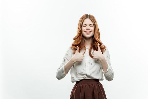 Retrato de uma jovem garota com cabelos cacheados, mock up