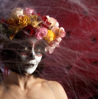 Retrato de uma jovem garota com maquiagem katrina para o feriado do dia dos mortos