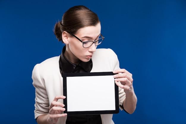 Retrato de uma jovem garota com o tablet