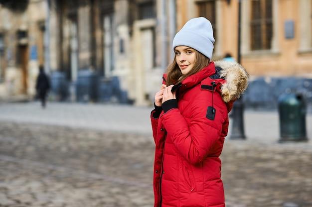 Retrato de uma jovem garota fashion andando na rua