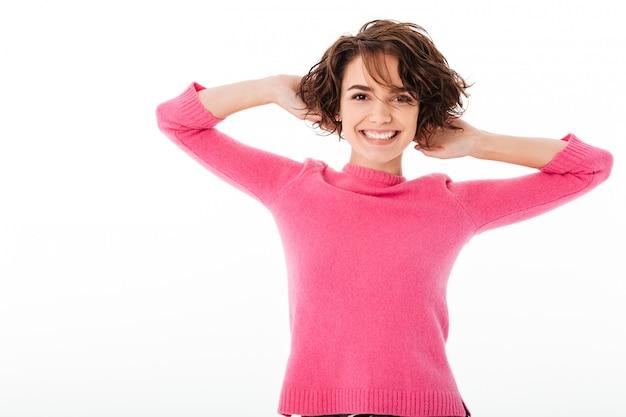 Retrato de uma jovem garota feliz posando