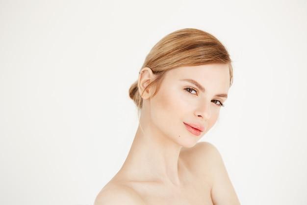 Retrato de uma jovem garota linda com um sorriso saudável de pele limpa. tratamento facial.