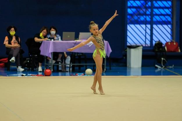 Retrato de uma jovem ginasta retrato de uma menina de anos em competições de ginástica rítmica q ...