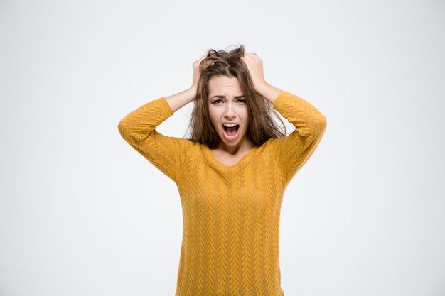 Retrato de uma jovem gritando isolado em um fundo branco