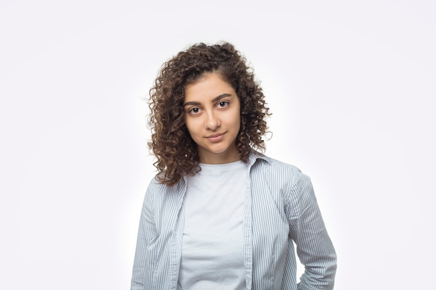 Retrato de uma jovem indiana atraente sobre um fundo branco