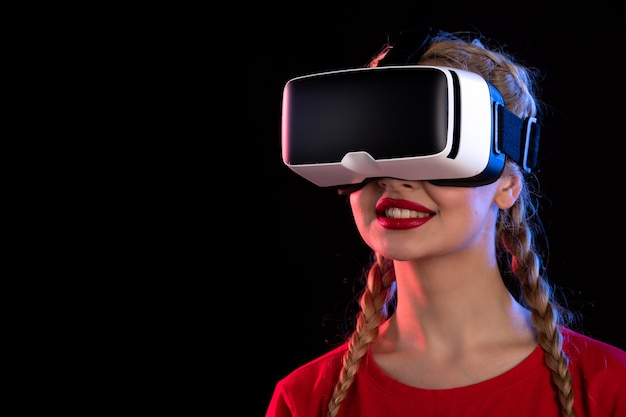 Retrato de uma jovem jogando realidade virtual em ultrassom visual de jogo escuro
