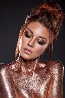 Retrato de uma jovem linda com brilhos de ouro e bronze