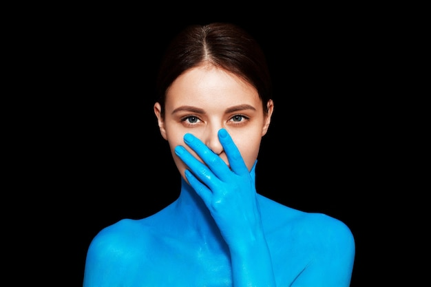 Retrato de uma jovem linda mão perto do rosto