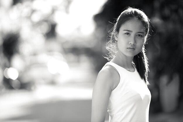 Retrato de uma jovem linda mulher de negócios asiática nas ruas ao ar livre em preto e branco