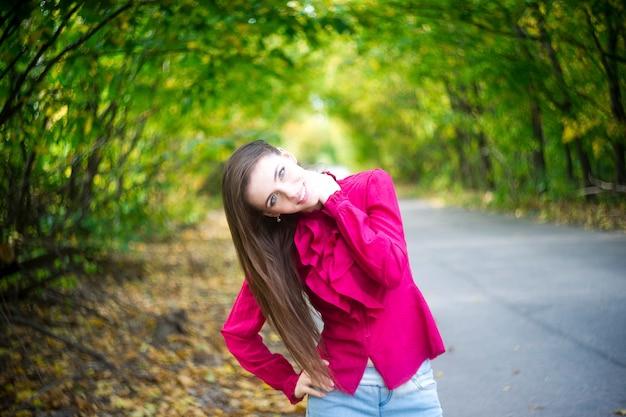 Retrato de uma jovem linda na natureza