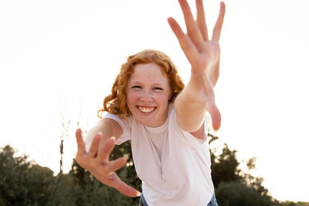Retrato de uma jovem linda sorrindo