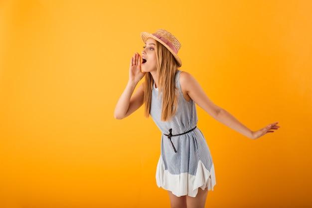 Retrato de uma jovem loira alegre