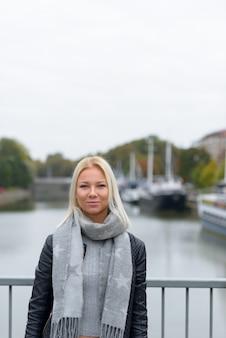 Retrato de uma jovem loira bonita escandinava relaxando à beira do rio