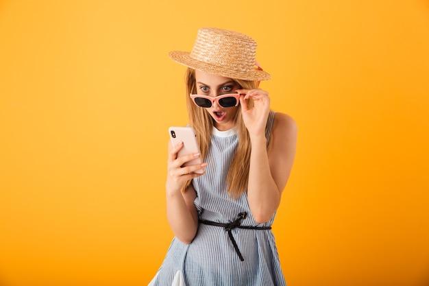 Retrato de uma jovem loira chocada com um chapéu de verão