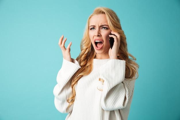 Retrato de uma jovem loira com raiva na camisola