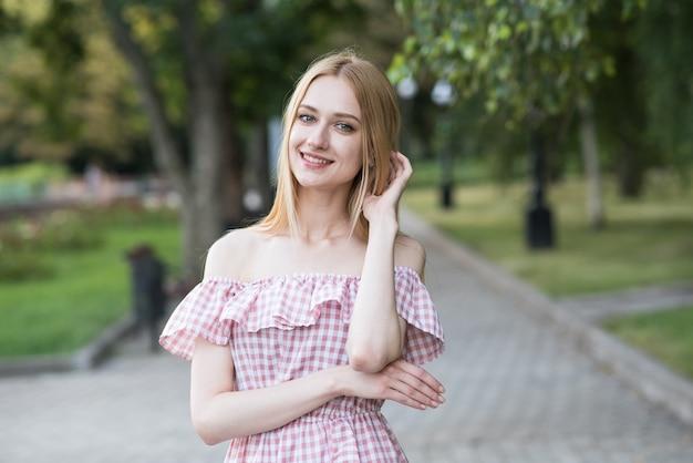 Retrato de uma jovem loira e atraente caucasiana. boa aparência