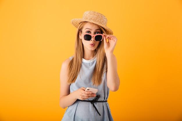 Retrato de uma jovem loira espantada com um chapéu de verão