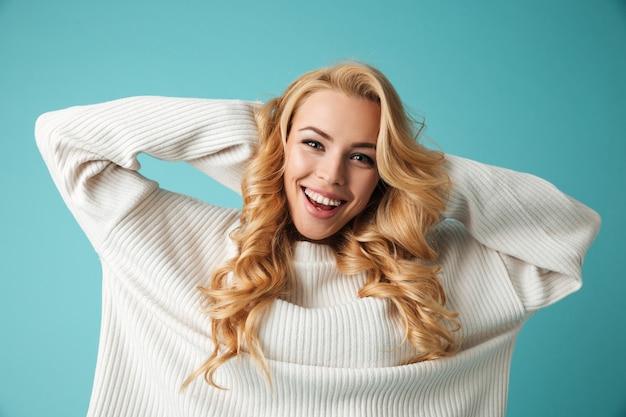 Retrato de uma jovem loira feliz na camisola