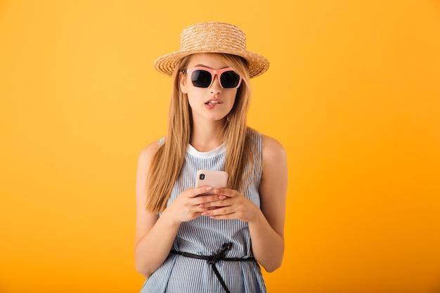 Retrato de uma jovem loira pensativa com chapéu de verão