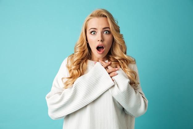Retrato de uma jovem loira raspada na camisola