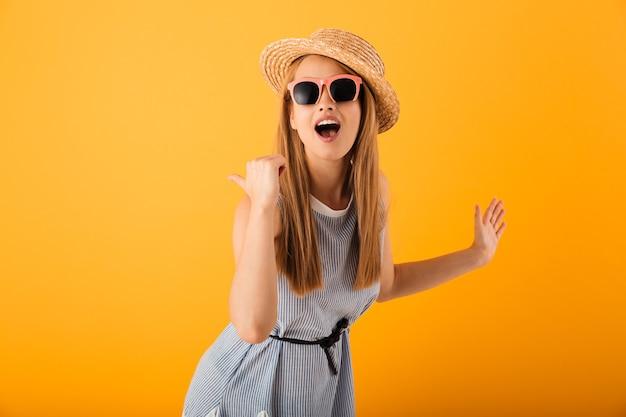 Retrato de uma jovem loira sorridente com chapéu de verão