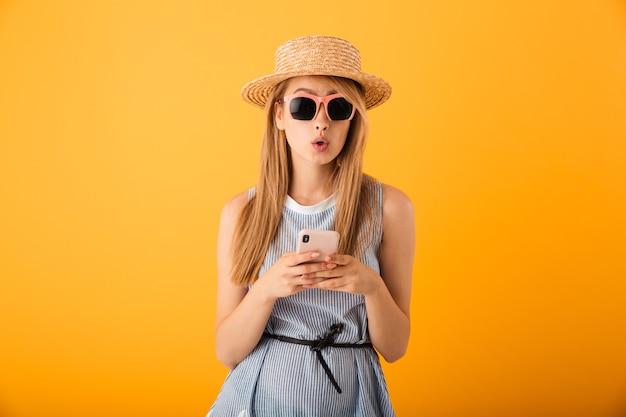 Retrato de uma jovem loira surpresa com chapéu de verão