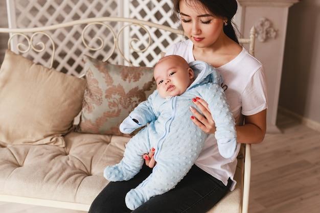 Retrato de uma jovem mãe japonesa ou asiática feliz e seu bebê.