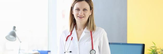 Retrato de uma jovem médica com o conceito de serviços médicos de jaleco branco