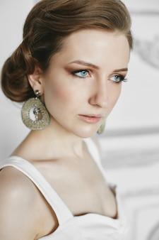 Retrato de uma jovem morena com lindos olhos azuis e maquiagem brilhante modelo sensual garota com.