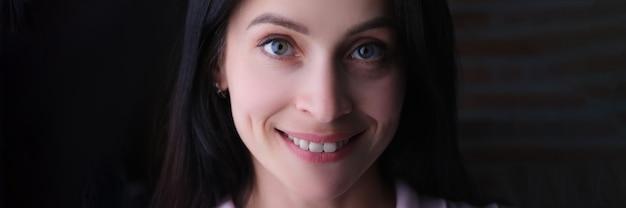 Retrato de uma jovem morena linda e sorridente