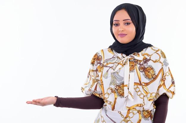 Retrato de uma jovem muçulmana africana usando um hijab isolado contra uma parede branca Foto Premium