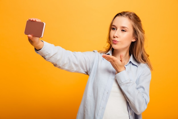 Retrato de uma jovem muito bonita com aparelho