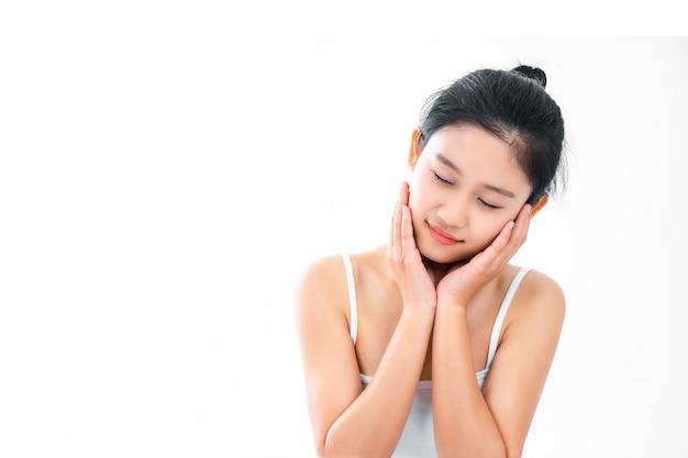 Retrato de uma jovem mulher asiática atraente com pele de beleza e rosto isolado na superfície branca. conceito de cuidados de pele e rosto saudável.