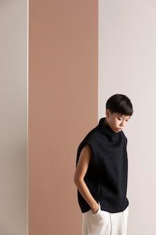 Retrato de uma jovem mulher asiática com roupas de outono