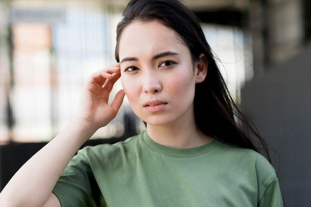Retrato de uma jovem mulher asiática linda