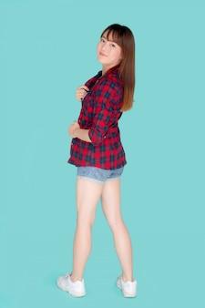 Retrato de uma jovem mulher asiática usa roupas e tem expressão de sorriso