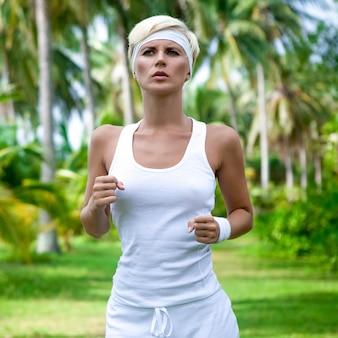 Retrato de uma jovem mulher atlética correndo