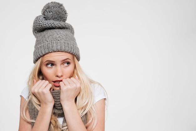 Retrato de uma jovem mulher atraente no chapéu do inverno