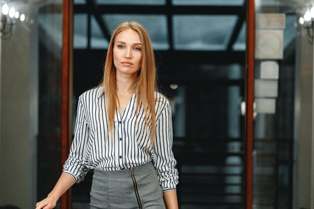 Retrato de uma jovem mulher bonita caucasiana com roupa formal.