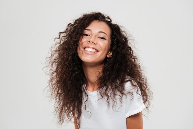 Retrato de uma jovem mulher bonita com cabelo longo cacheado