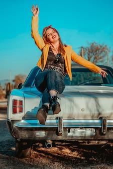 Retrato de uma jovem mulher bonita com casaco amarelo