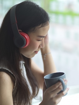 Retrato de uma jovem mulher bonita com fones de ouvido