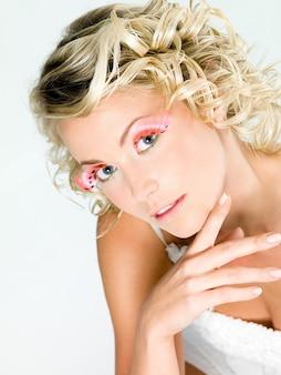 Retrato de uma jovem mulher bonita com maquiagem criativa.