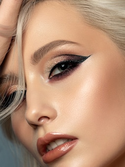 Retrato de uma jovem mulher bonita com maquiagem de noite