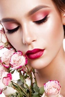 Retrato de uma jovem mulher bonita com maquiagem elegante