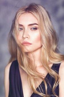 Retrato de uma jovem mulher bonita com um olhar pensativo