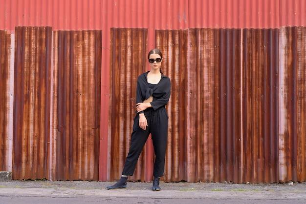 Retrato de uma jovem mulher bonita como agente secreto nas ruas da cidade ao ar livre